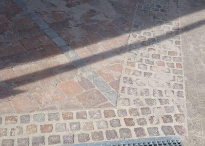 Natursteinpflaster kombiniert mit Entwässerungsrinne und Pflasterbelag